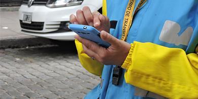La Ciudad comienza a multar con un smartphone y una app