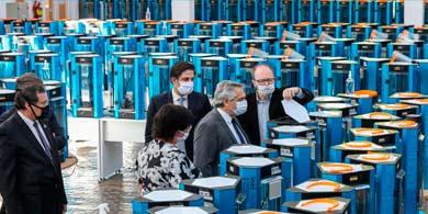 Alberto Fernández visitó las 1000 impresoras 3D que fabrican máscaras protectoras