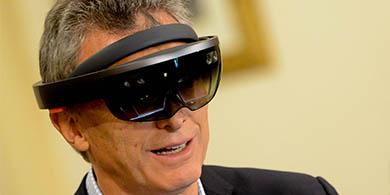 Macri se pone los Hololens de Microsoft para seguir obras públicas