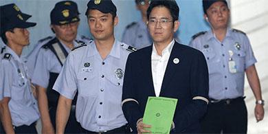 Condenan al heredero de Samsung a cinco años de prisión