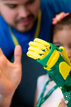 Atomic Labs sale a recorrer el país en una 4x4 para regalar prótesis impresas en 3D