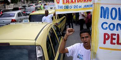 Miles de taxistas protestan contra Uber en Brasil