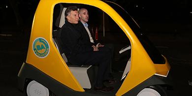 Macri prob� el auto sin conductor argentino