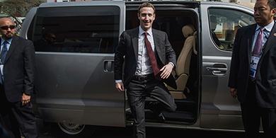 Zuckerberg contrató a los asesores de Obama, Clinton y Bush